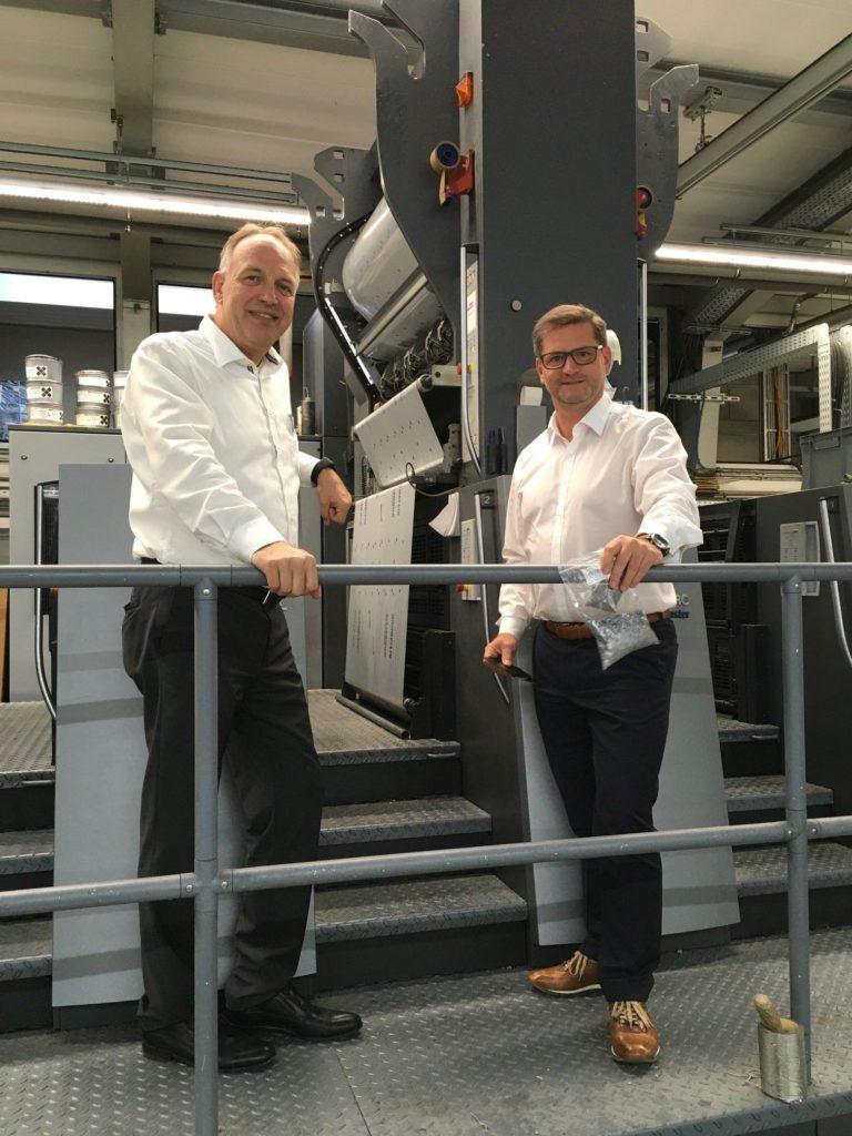 Partnerschaft für Nachhaltigkeit: Frank Denninghoff (l.), Geschäftsführer von Gräfe Druckveredelung, und Roland Seidl, Head of Sales Germany bei Kurz.