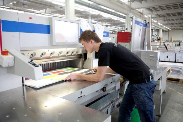 Physische Belastung: Gerade bei der industriellen Druck-Weiterverarbeitung werden mehrere Tonnen Papier pro Schicht bewegt. Foto: BVDM