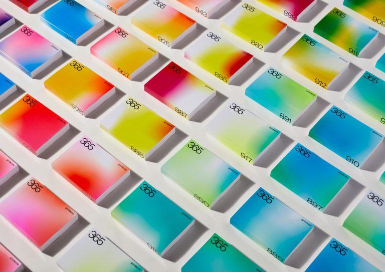 Farbenvielfalt der Bucheinbände. Foto: Fedrigoni