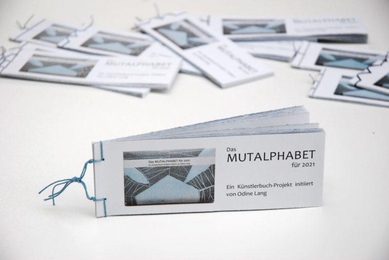 """""""Mut-Alphabet"""" als Katalogheft. Foto: Odine Lang, VG Bild-Kunst, Bonn 2021"""