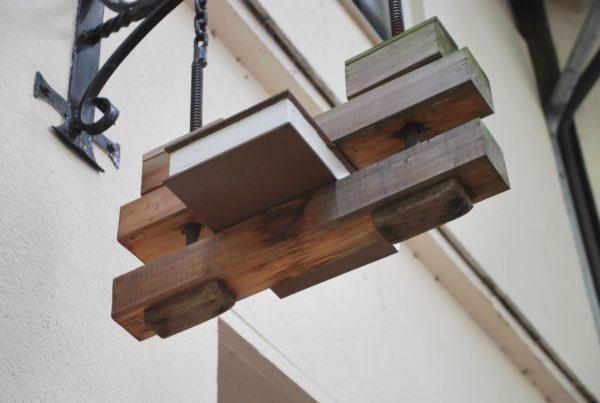 Typisches Zunftsymbol an der Ladenfassade der Kieler Buchbinderei Castagne. Foto: Frank Baier