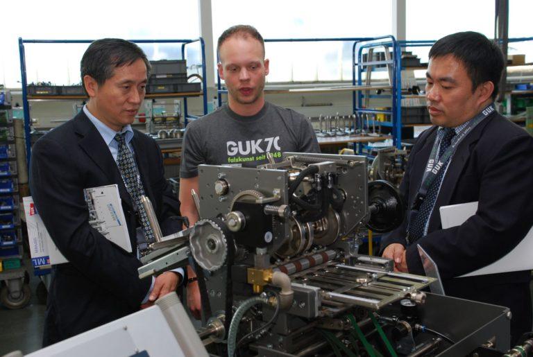 Ausländische Gäste in einem Falzmaschinenwerk in Baden-Württemberg. Foto: Frank Baier
