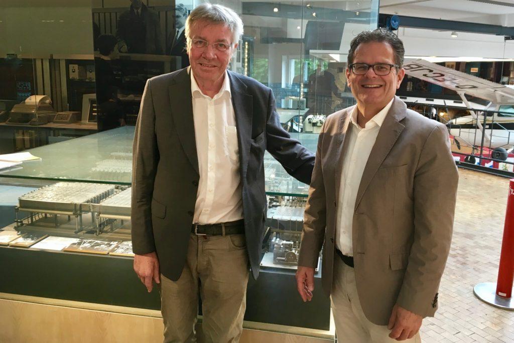 Prof. Horst Zuse (l.), Sohn von Konrad Zuse, mit Verbands-Geschäftsführer Achim Carius. Foto: Motio-Netzwerk