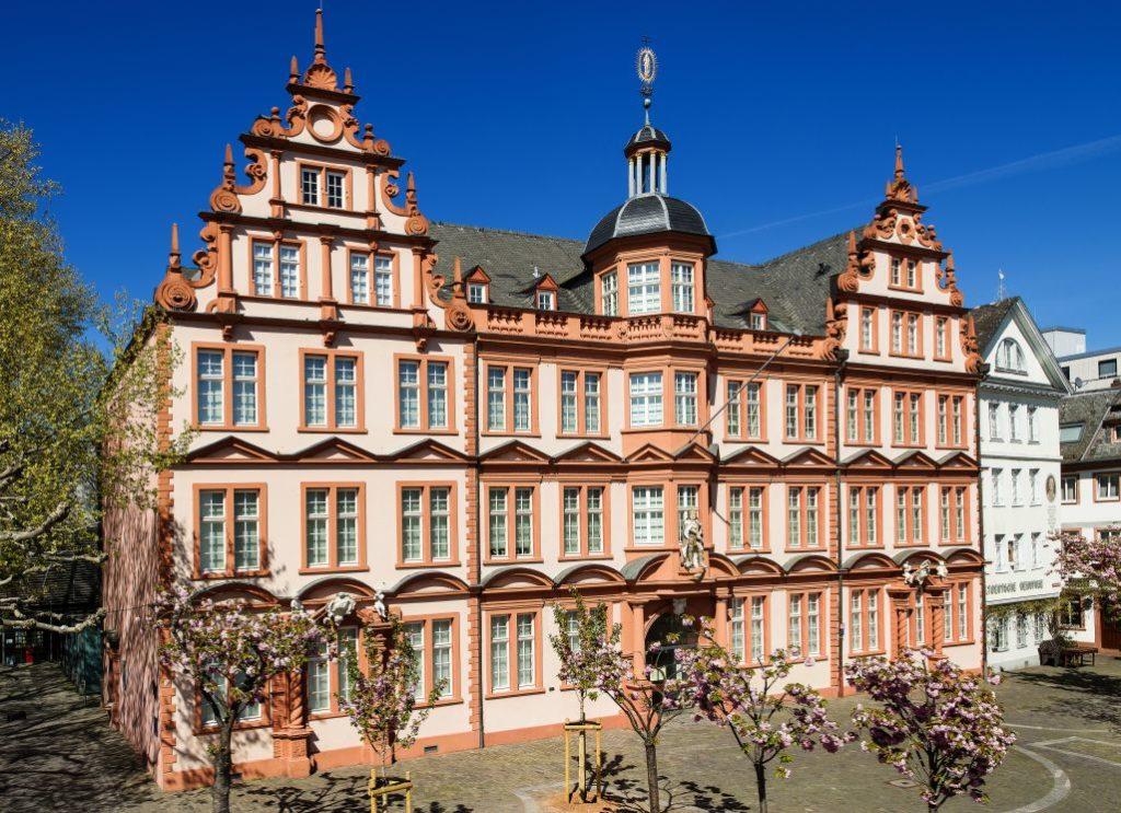 """Gutenberg-Museum in Mainz: """"Römischer Kaiser"""", Verwaltung und Bibliothek. Foto: Costard"""