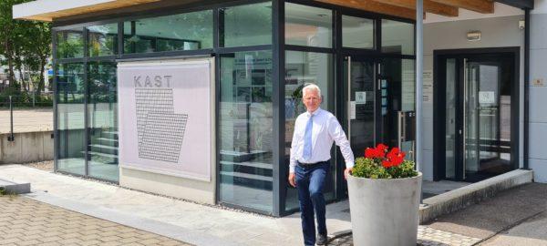 Christoph Kast, geschäftsführender Gesellschafter, vor dem Stammhaus in Sonthofen. Foto: Dr. Günther Kast GmbH & Co. KG