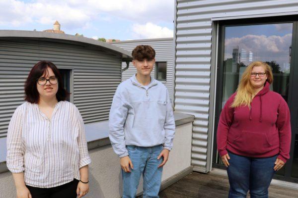 Drei junge Leute begannen am 1. September 2021 ihre Ausbildung bei MBO. Foto: MBO Postpress Solutions
